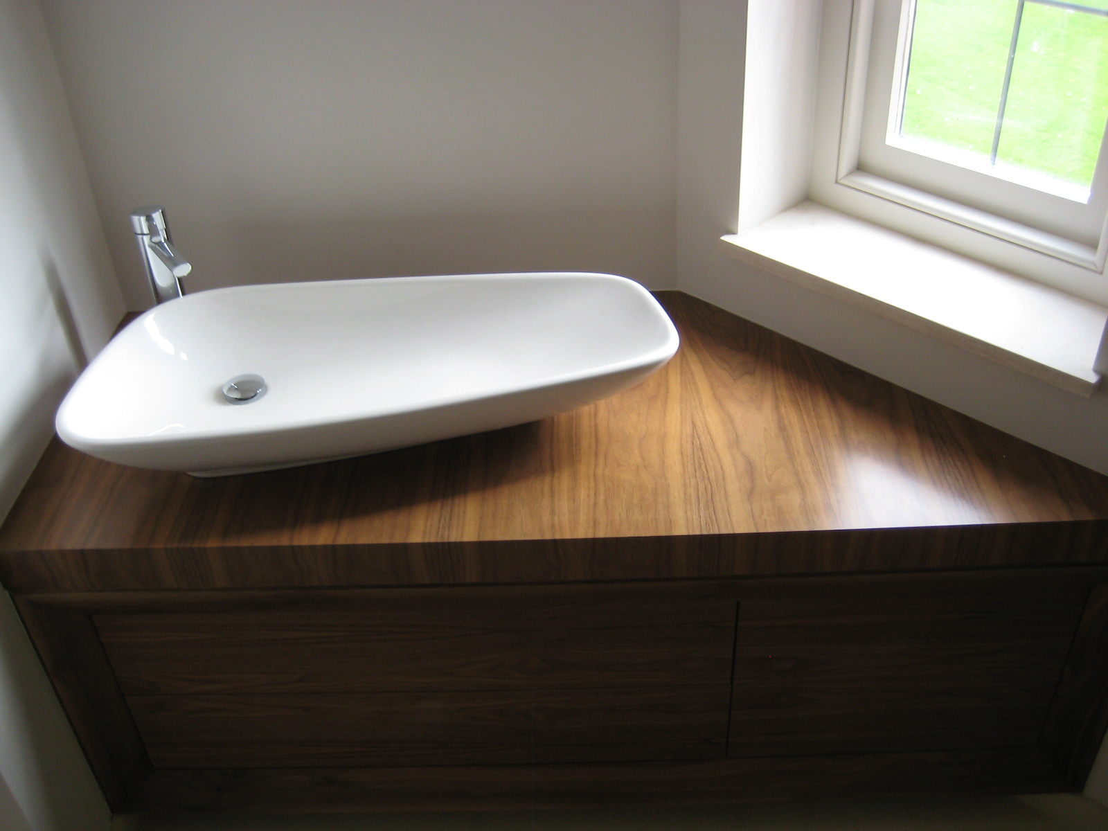 15-bathroom-unit-with-white-basin-close-up